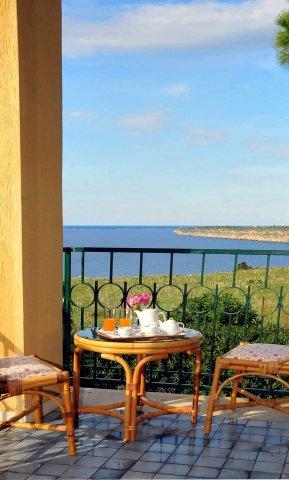 L'Hotel dispone di 173 camere climatizzate finemente arredate e corredate di bagno/doccia privato, balconcino con vista ...